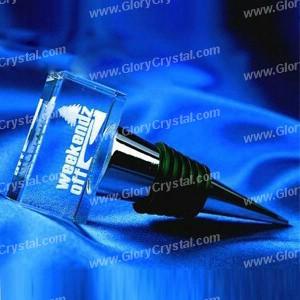Cristal rolha de garrafa de vinho, com um laser 3D pequeno cubo de cristal gravado fixa no topo, usado como um presente de casamento bom ou souvenir de cristal, com o logotipo personalizado e um design gravada no interior do cristal.