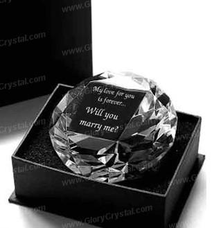 Rodada de clássicos de cristal favor diamante, favor do casamento de vidro, presente de casamento de cristal, com uma imagem personalizada e texto gravado dentro do favor de diamante.